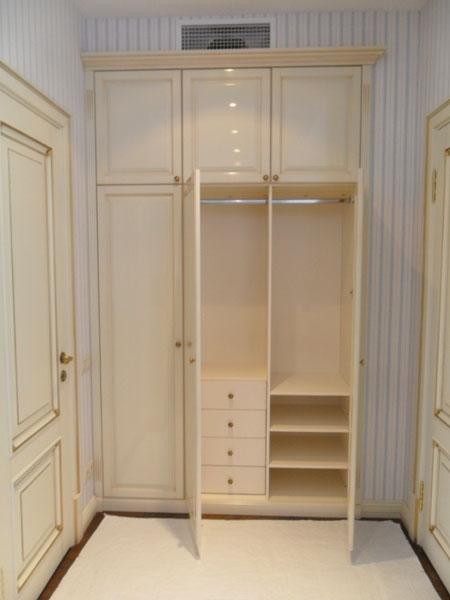 Встроенный шкаф классика.